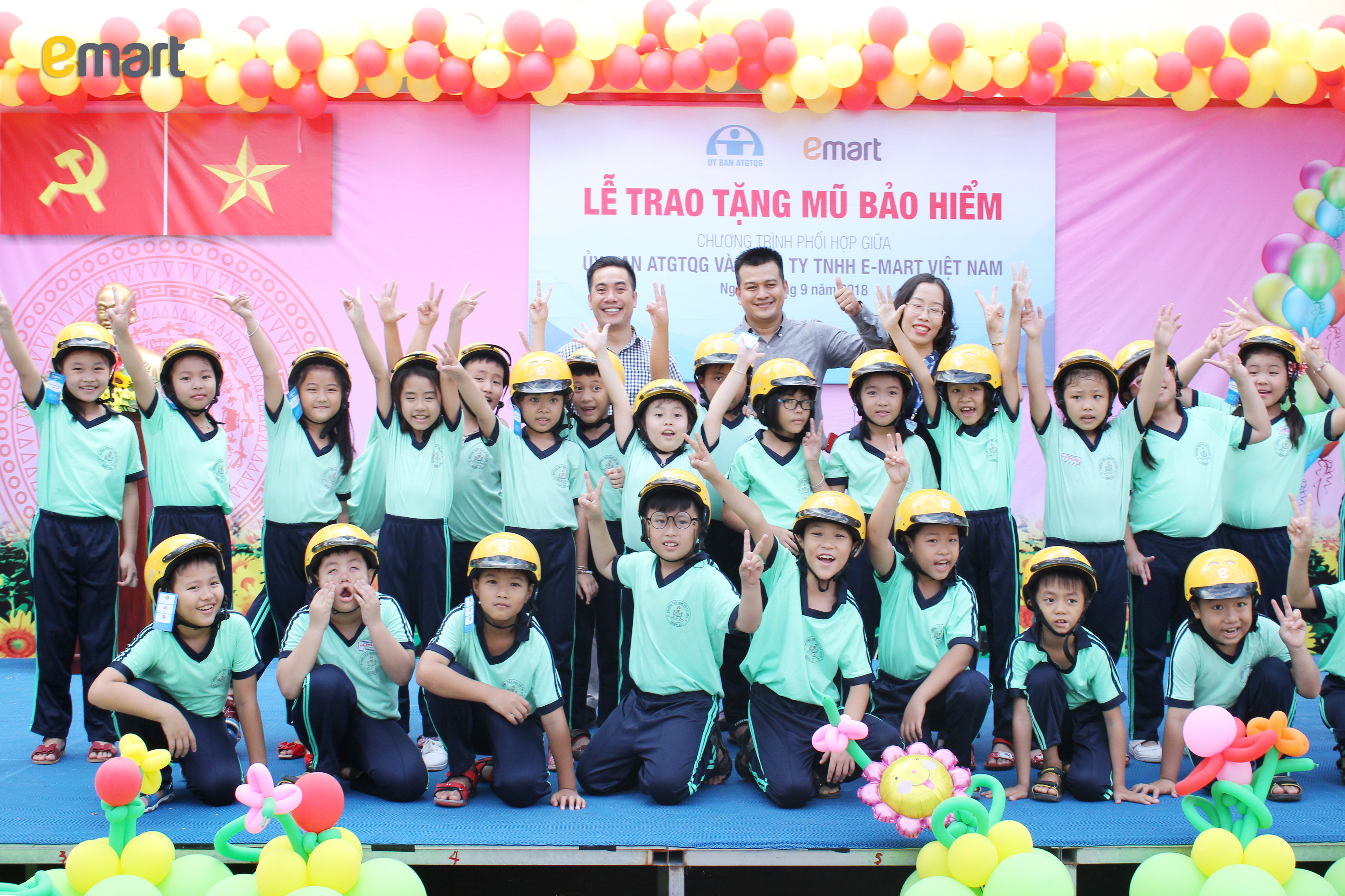 Niềm vui khi nhận nón của các em học sinh trường Võ Thị Sáu