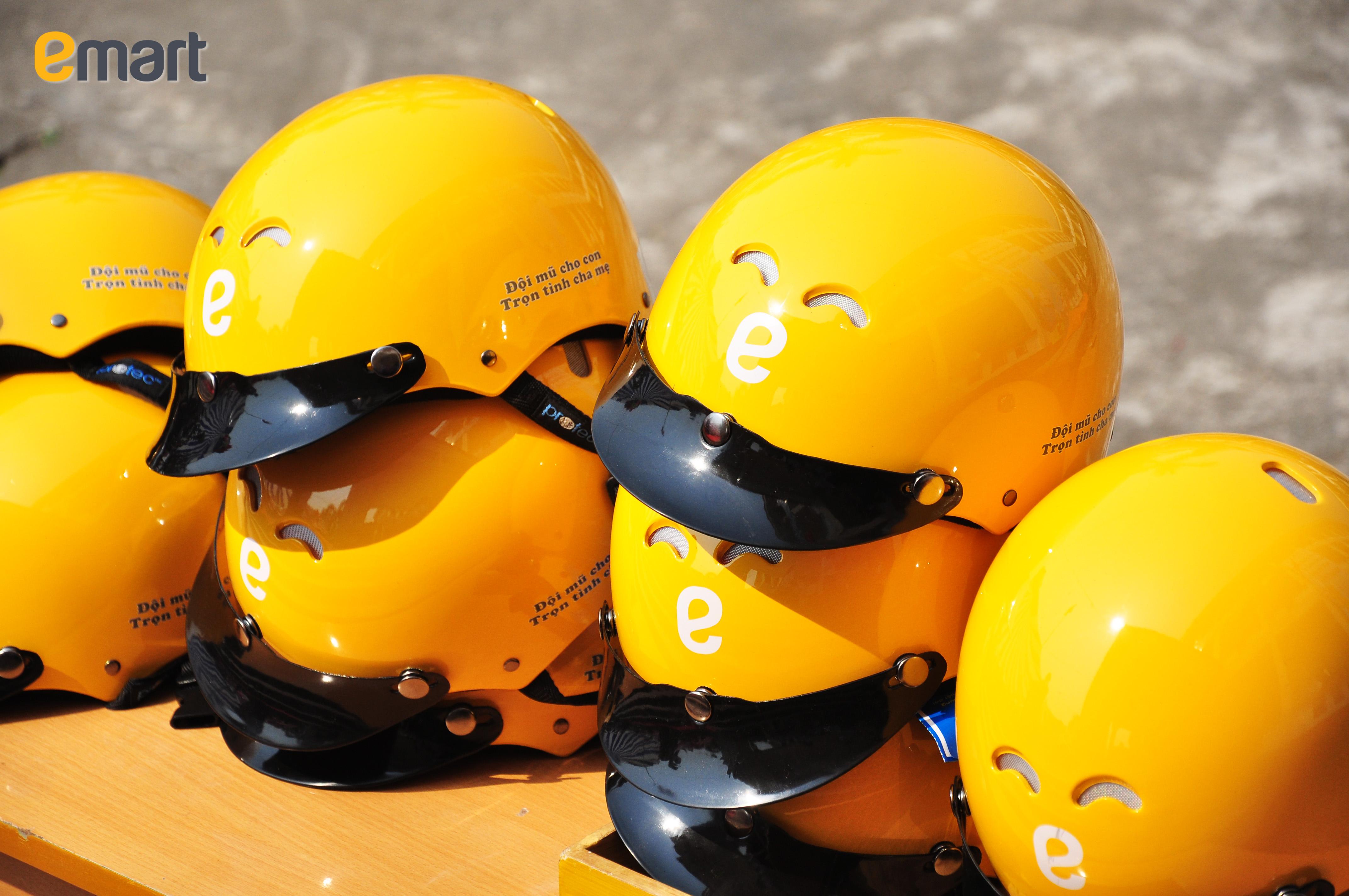 Những chiếc nón bảo hiểm đạt chuẩn với thiết kế đẹp mắt được trao đến các em học sinh